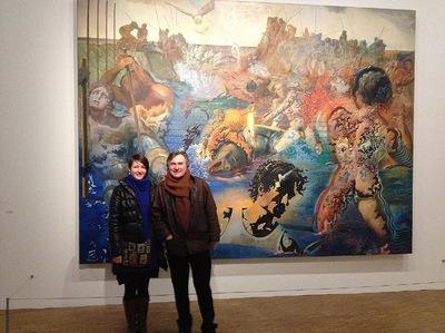 IXIA Artiste - Exposition Dali au Musée Beaubourg, Paris, France, 2013. Devant La pêche aux thons avec le peintre Aimé Venel