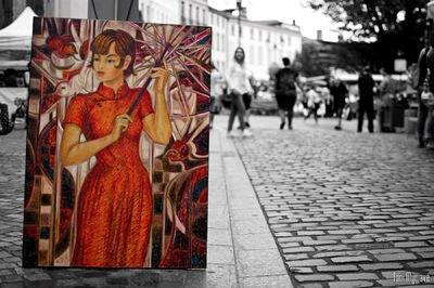IXIA Artiste - Jeune beauté aux oiseaux, dans les rues de Moissac, dans le cadre de Lart sinvite à Moissac. Photo de Toni MyWave De Caceres pour Moissac TV