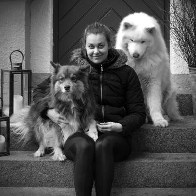 Fabian af Petersens – Photography – - Corinne med Nalle, samojed, och Dexter, finsk lapphund