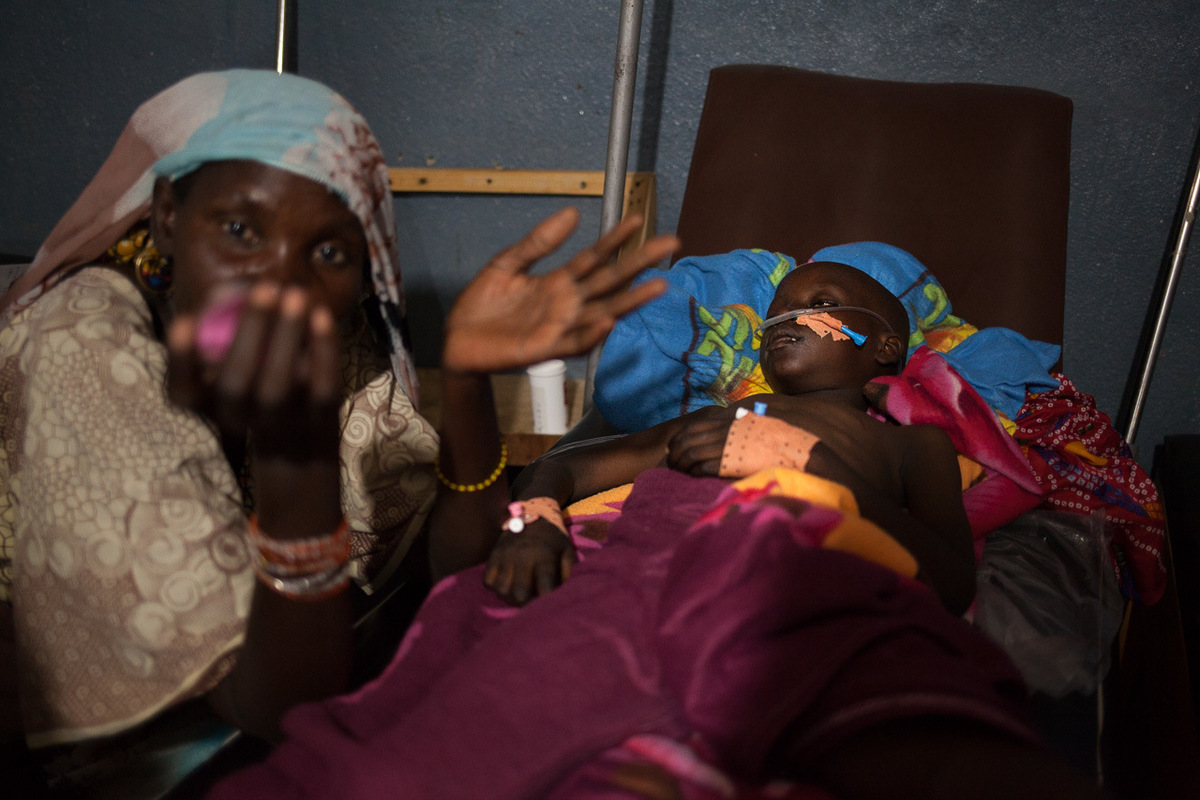 Adrienne Surprenant - Khaltoum Modu, 54 ans, accompagne son petit-fils Aboukar Modu, 8 ans, à l'hôpital de Mokolo. Il vomissait et faisait de la fièvre depuis 4 jours et s'est évanoui alors qu'il jouait avec d'autres enfants. Il a été transféré d'urgence depuis le camp de Minawao, dans le coma. Selon le diagnostique médical, il a un paludisme grave et une anémie sévère. Sa mère et son cadet sont soignés à l'hôpital de International Medical Corps (IMC) à Minawao, pour des symptômes similaires.