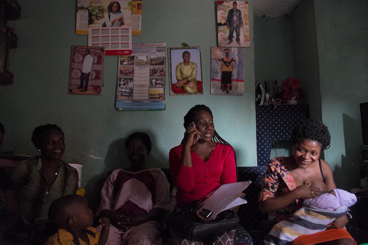 Adrienne Surprenant - Des années plus tard, elle s'est relevée. Après avoir travaillé avec Renata, elle est maintenant travailleur social à son compte. Les jeunes l- les qui viennent la voir reçoivent du soutien psychologique, de l'aide pour tranquilliser leurs parents, et un suivi qui leur permet de devenir indépendantes économiquement, en démarrant un petit commerce.