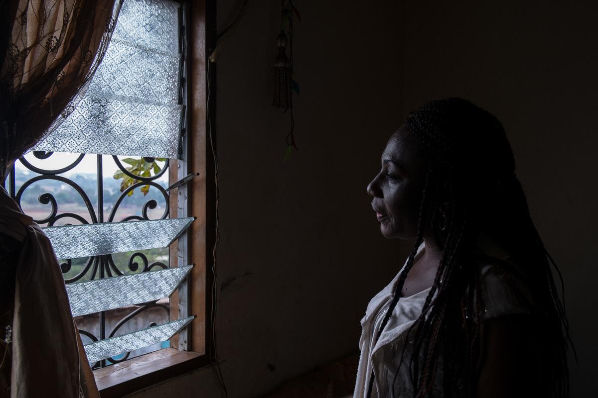 Adrienne Surprenant - Maureen, 35 ans, fait de lappui aux filles-mères et tente d'éviter à d'autres les souffrances de sa jeunesse. Forcée par son petit copain à avoir une relation sexuelle alors qu'elle n'avait que 14 ans, elle est tombée enceinte du premier coup. Renvoyée de l'école, forcée de s'exiler dans son village, elle a accouché dans la honte. Sa mère l'a alors excisée, pour l'empêcher de ressentir le désir sexuel.