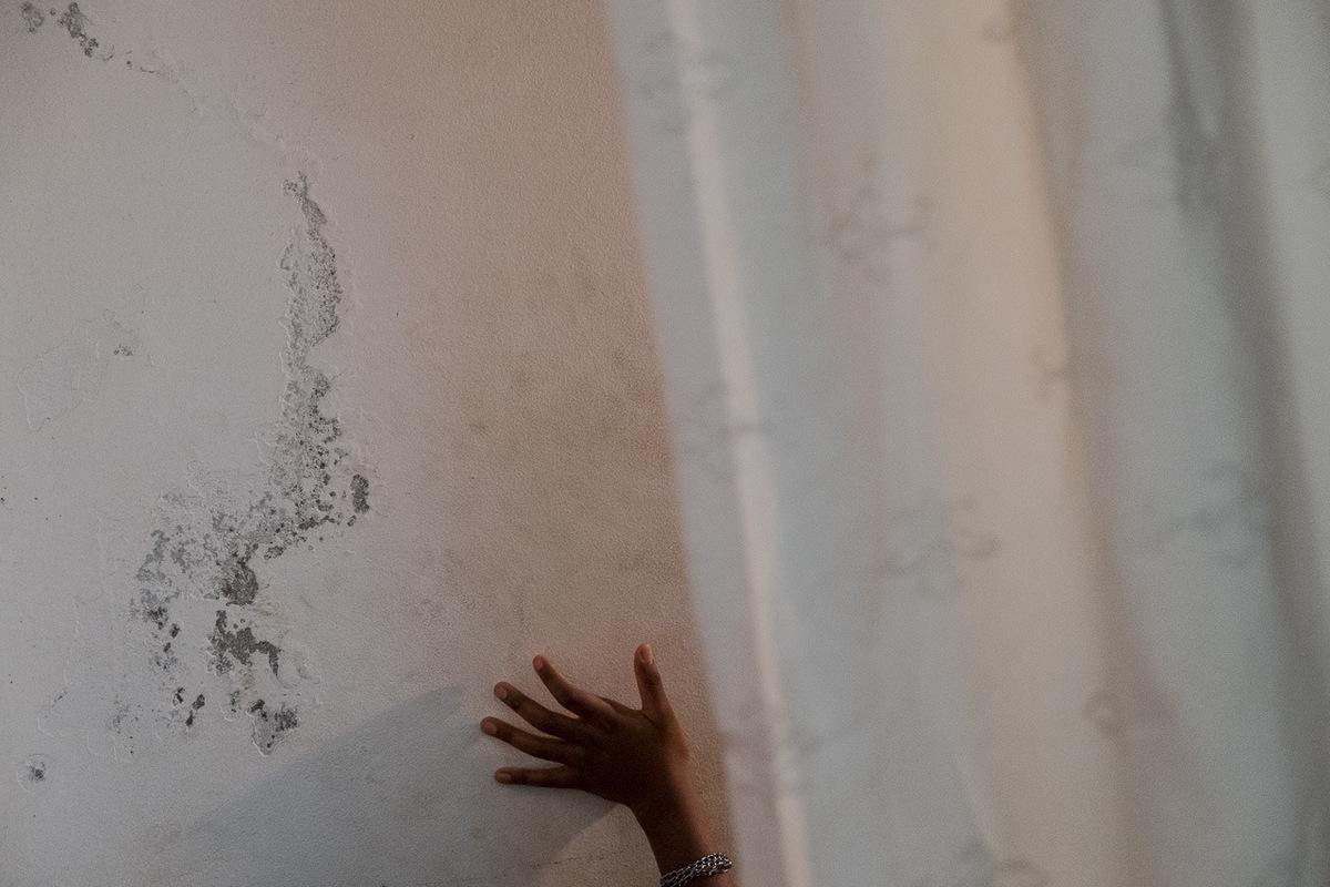 Adrienne Surprenant - Lavortement est illégal au Cameroun. Lorsquune jeune fille tombe enceinte, si elle veut se débarrasser du foetus, elle se tourne vers les médecines traditionnelles, ou vers des médicaments contre-indiqués pour les femmes enceintes. Sur la photo, une jeune fille de 14 ans subit un curetage. Elle est arrivée chez le docteur en saignant. Elle cachait la grossesse à sa famille.