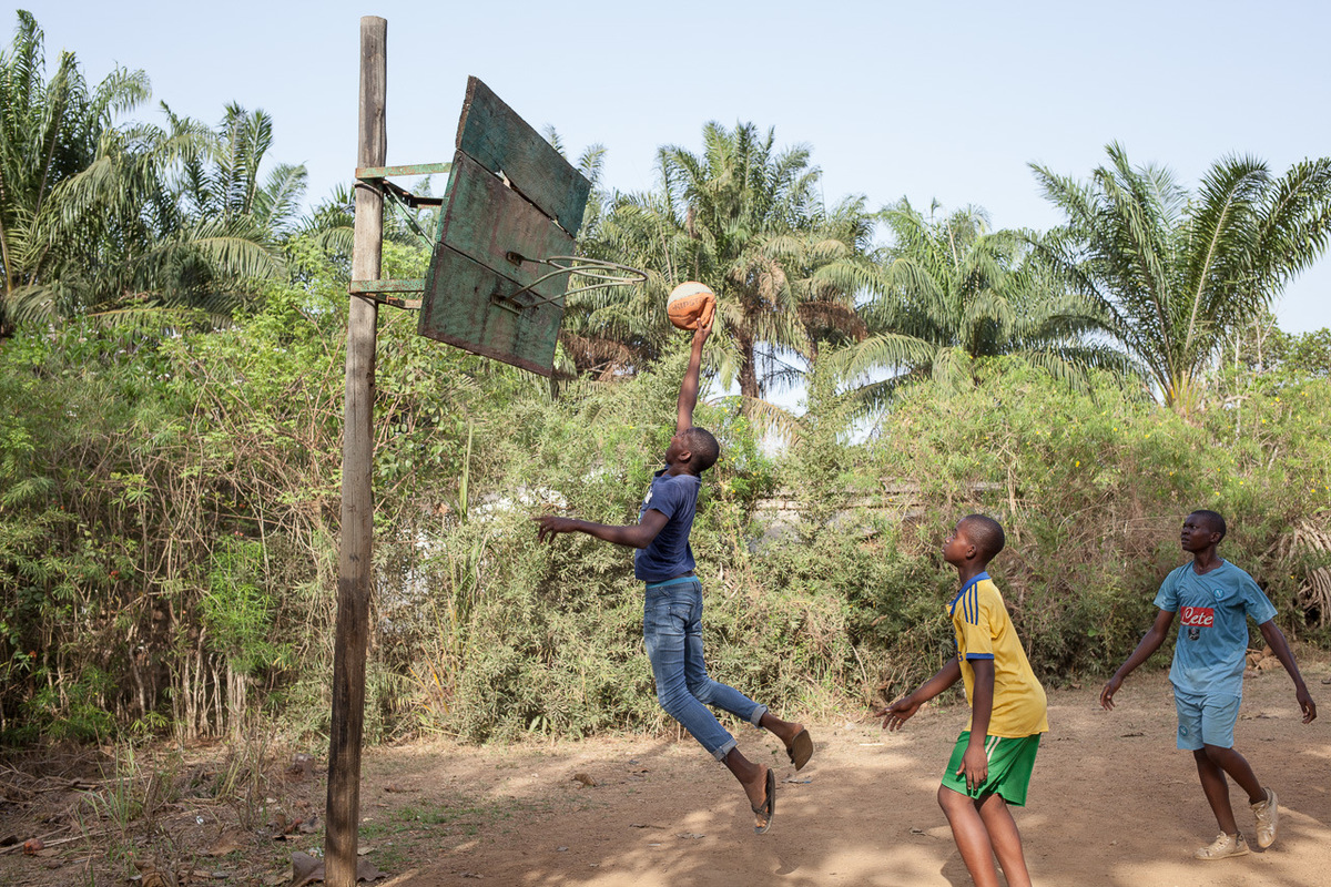 Adrienne Surprenant - Kids play basketball in the St-Andrews seminary in Bafia, where Pascal Siakam used to study, and where he stared playing football. Only one of them is part of a club. He hopes that the other will join some more professional teams after time and practice.