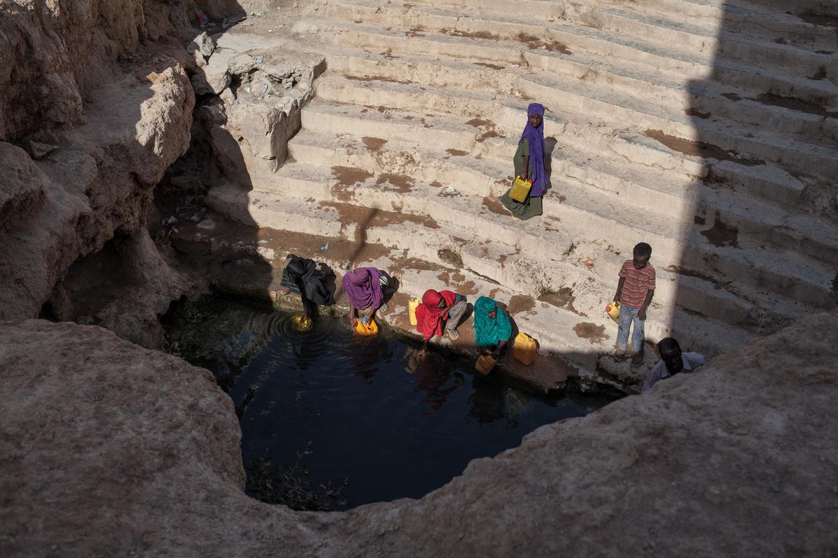 Adrienne Surprenant - Le centre dAinabo accueille un puits naturel. Leau y est cependant imbuvable depuis 2006. Selon les locaux, labsence de pluies la rendue salée. Ils ne lutilisent que pour se laver avant la prière, nettoyer leurs vêtements ou alors pour abreuver leurs bêtes. Mais les déplacés internes viennent des régions environnantes pour boire cette eau stagnante. Une semaine après la prise de cette photo, la source sest tarie et le bassin sest rempli de vase.