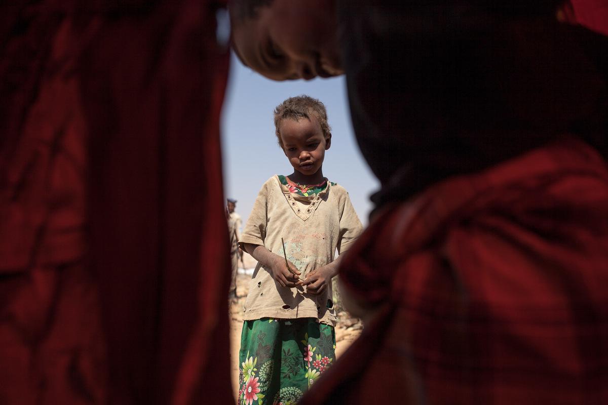 Adrienne Surprenant - Avant la sécheresse, Sagal, 7 ans, vivait dans une Agal, tente traditionnelle somalienne. Maintenant, son abri est fait de bâches de plastique, et devient brûlant sous le soleil de midi.