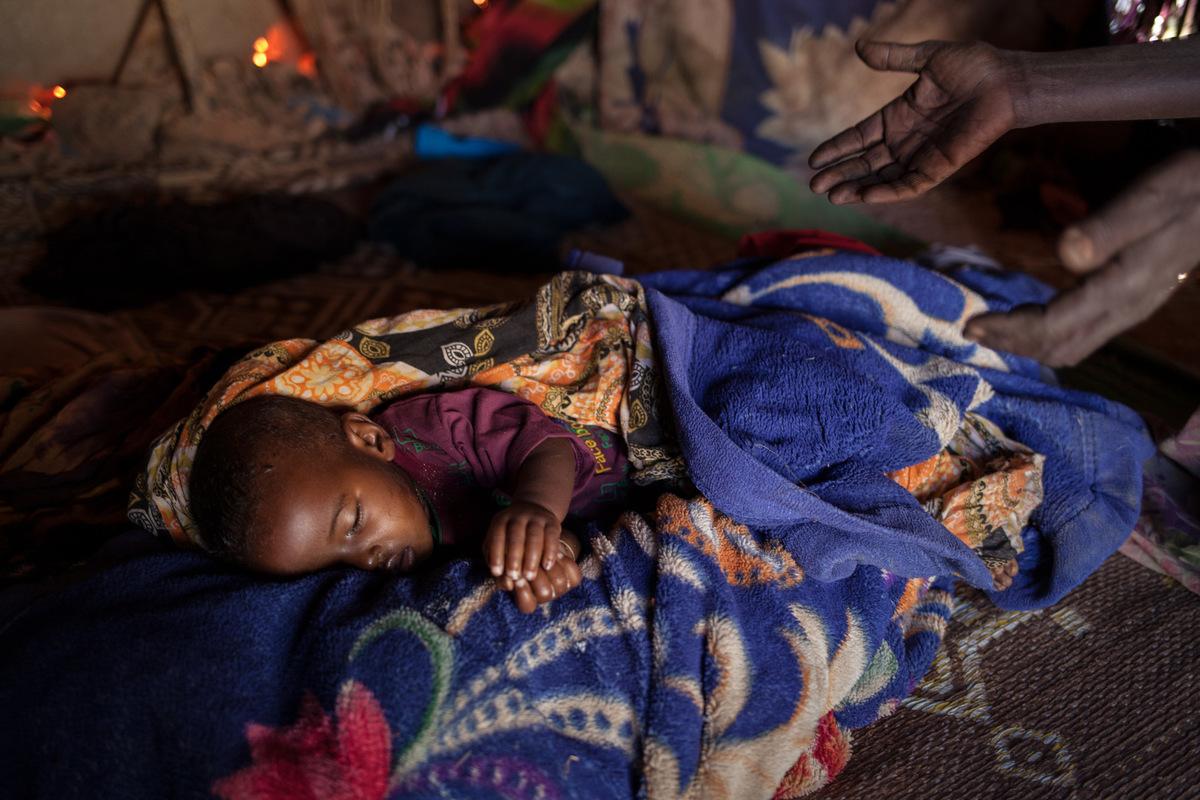 Adrienne Surprenant - Le matin du 8 avril, après une semaine de maladie, Deka, âgée de deux ans, est morte dune combinaison de malnutrition, de déshydratation, de fièvre et de diarrhée. Ses parents étaient incapables dacheter les médicaments nécessaires et nont pu lemmener au centre de santé le plus proche, à plus de deux heures de route en voiture.