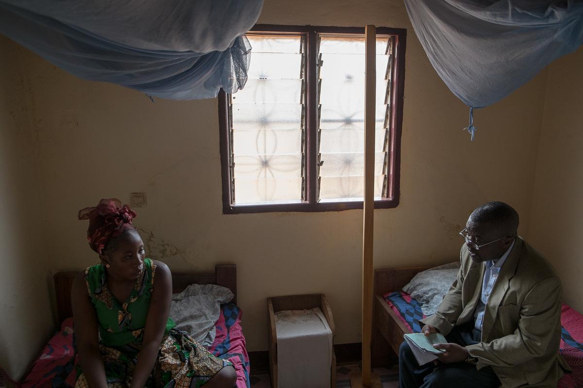 Adrienne Surprenant - Dr Cyril parle avec une patiente de
