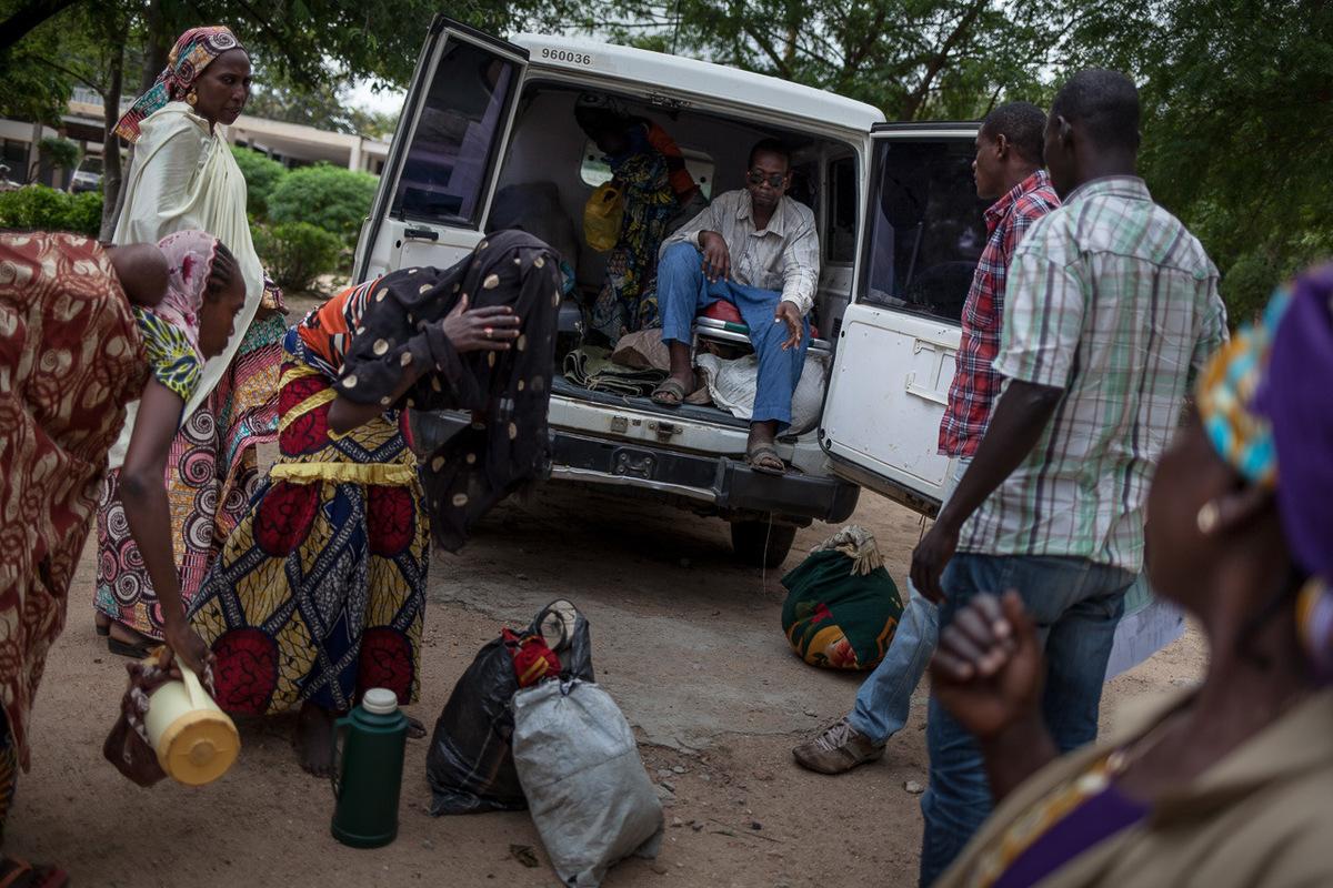 Adrienne Surprenant - 10 août 2017. Mokolo, Extrême-Nord, Cameroun. 30% des patients d'ALIMA à l'hôpital de district de Mokolo viennent du camp de Minawao, ouvert en 2013, et abritant présentement près de 64 000 réfugiés Nigérians. Ils sont transférés en voiture par International Medical Corps (IMC) depuis le camp jusqu'à Mokolo, où ALIMA les prends en charge.