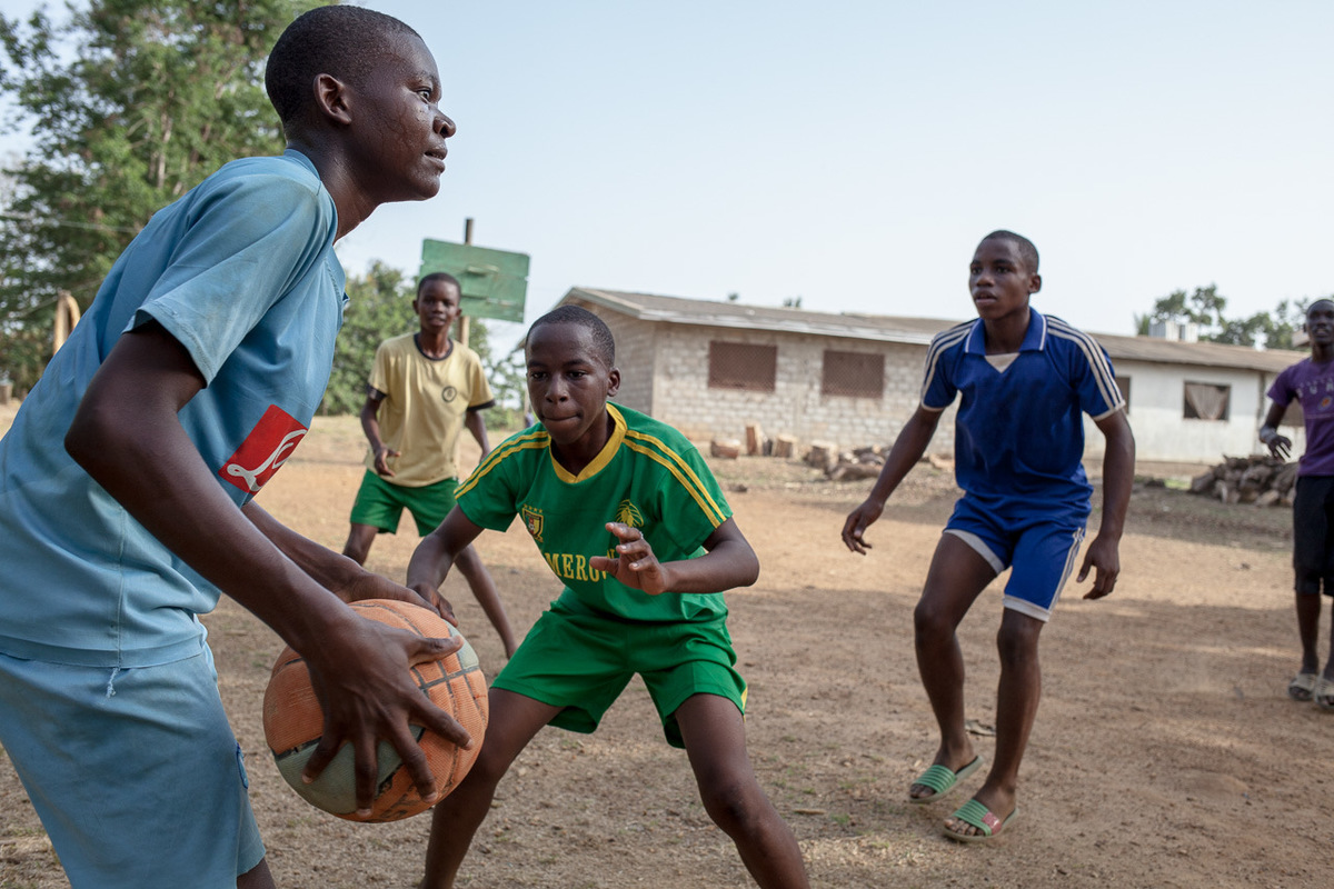 Adrienne Surprenant - Kids play basketball in the St-Andrews seminary in Bafia, where Pascal Siakam used to study, and where he started playing football. They received a ball recently, but it is already deflated. They play with it as they can, but dribble very little.