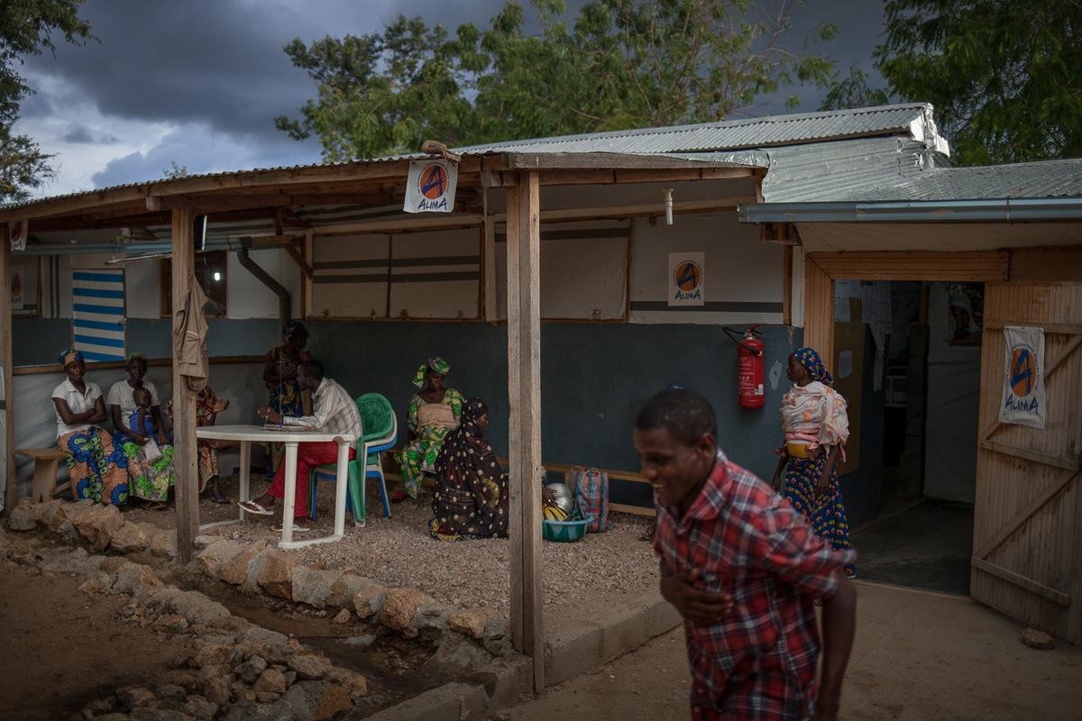 Adrienne Surprenant - 10 août 2017. Mokolo, Extrême-Nord, Cameroun. Depuis le 1er mai 2016, ALIMA soigne les enfants de moins de 5 ans et les enfants malnutris à lhôpital de Mokolo, chef-lieu du département de Mayo-Tsanaga, situé à une trentaine de kilomètres de la frontière nigériane.