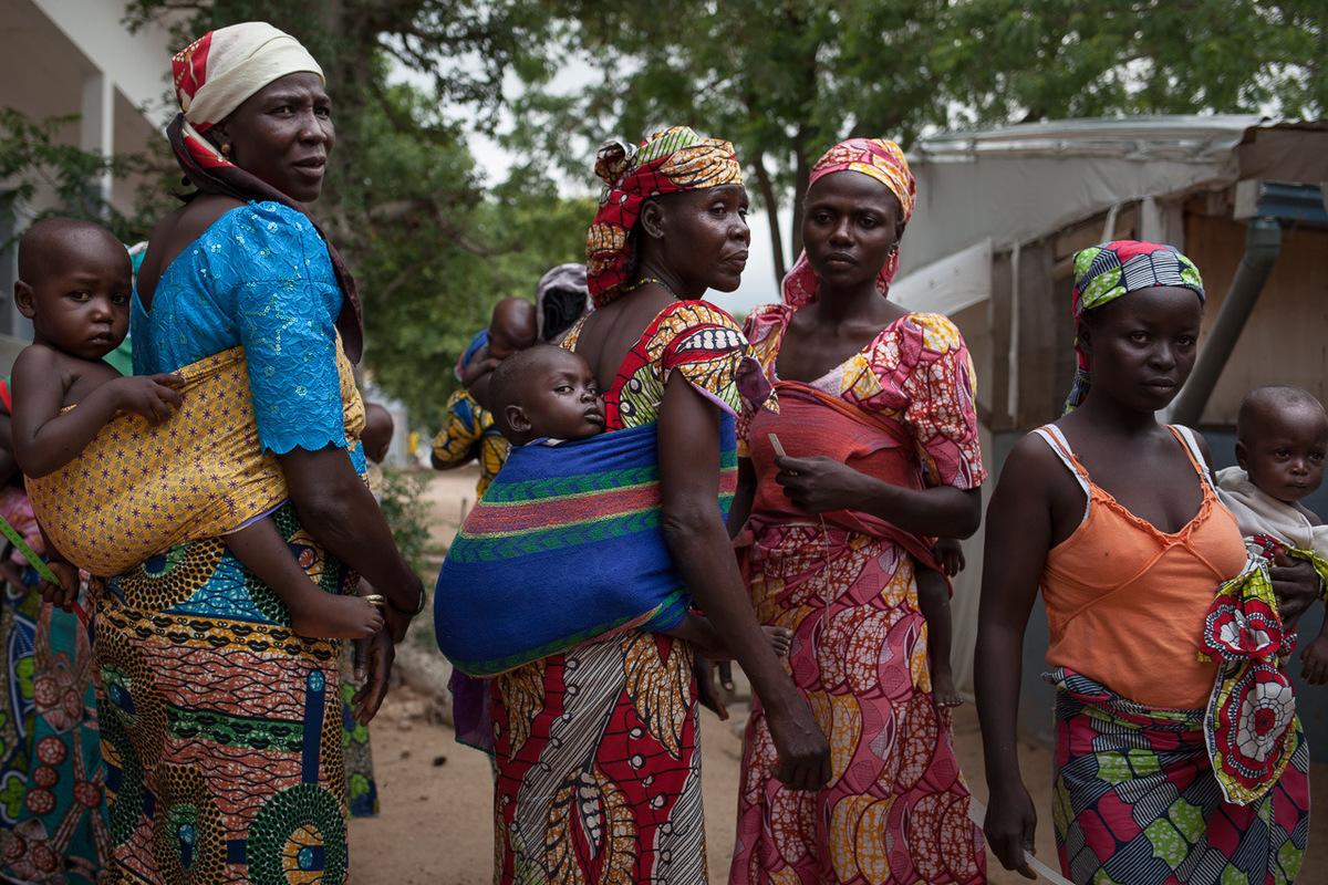 Adrienne Surprenant - 10 août 2017. Mokolo, Extrême-Nord, Cameroun. Des mères accompagnantes et leurs enfants, dans la cour de lhôpital de Mokolo, où ALIMA soigne les enfants de moins de 5 ans et les enfants malnutris depuis mai 2016.