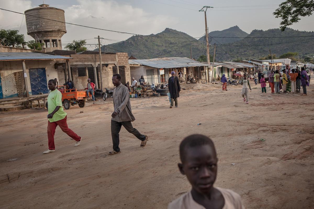 Adrienne Surprenant - 11 août 2017. Mokolo, Extrême-Nord, Cameroun. Marché de Mokolo, chef-lieu du département de Mayo-Tsanaga, situé à une trentaine de kilomètres de la frontière nigériane. Les locaux disent que ce sont les monts Mandara entourant la ville qui les ont protégés des attaques de Boko Haram jusquà ce jour.