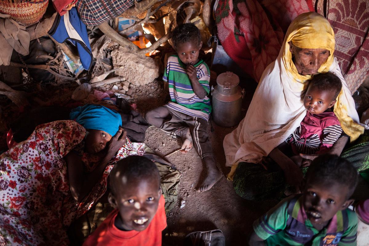 Adrienne Surprenant - Hali Ahmed, 28, mère de 4 enfants. Depuis un mois, elle est très malade, elle tousse, et elle a tellement mal quelle ne peut plus bouger. À cause de la sécheresse, Hali a perdu tous ses animaux. Manquant de nourriture, elle est tombée malade. Un docteur lui a apporté des médicaments, mais ils nont rien changé et elle ne peut même plus les avaler.