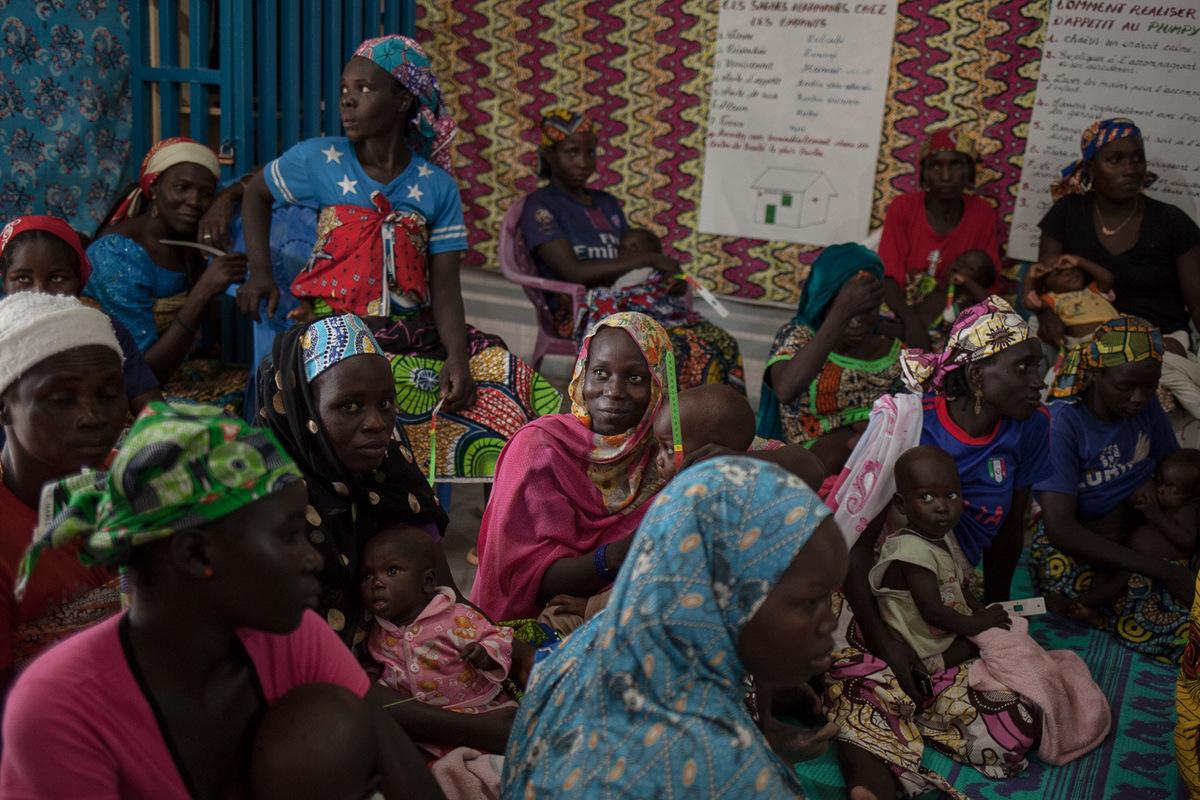Adrienne Surprenant - 10 août 2017. Mokolo, Extrême-Nord, Cameroun. Des mères, accompagnantes, apprenent à mesurer le périmètre brachial (MUAC), pour détecter rapidement la malnutrition. À leur départ de lhôpital de Mokolo, elles auront en leurs mains un ruban gradué qui leur permettra de faire le test MUAC