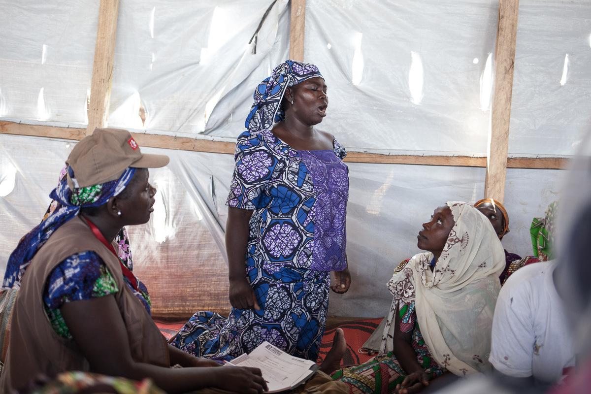 Adrienne Surprenant - La réunion du comité des femmes, lun des 13 comités formés dans le camp, est animée par Nafisatou Souman, monitrice CMC.