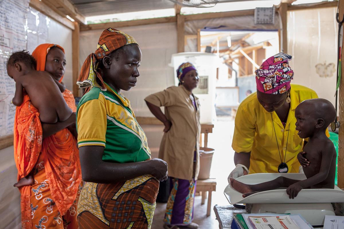 """Adrienne Surprenant - Camerounais de Gawar, Marie et son fils ont été bloqués quelques jours par la pluie qui rend les routes impraticables, puis ont pu se rendre à l'hôpital de Minawao, d'où ils ont été transférés à Mokolo. """"Depuis que je suis arrivée ici, l'enfant va mieux, nous avons à manger. Je préfèrerais rester que de retourner dans mon village"""" Elle a déjà perdu l'un de ses 6 enfants par manque d'accès aux soins de santé. Kotada souffre d'une combinaison de paludisme, bronchite aiguë et malnutrition."""