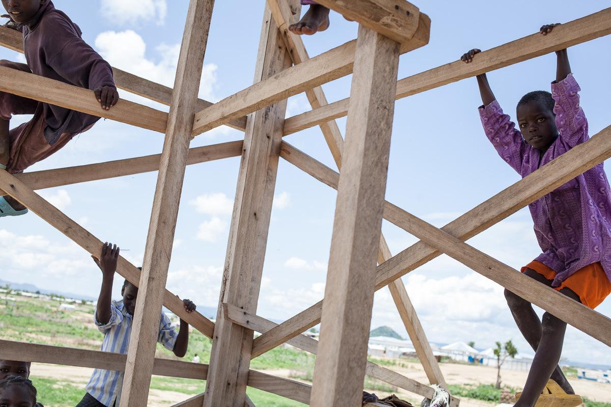 Adrienne Surprenant - Des enfants jouent sur la structure du mirador, au camp de Minawao.