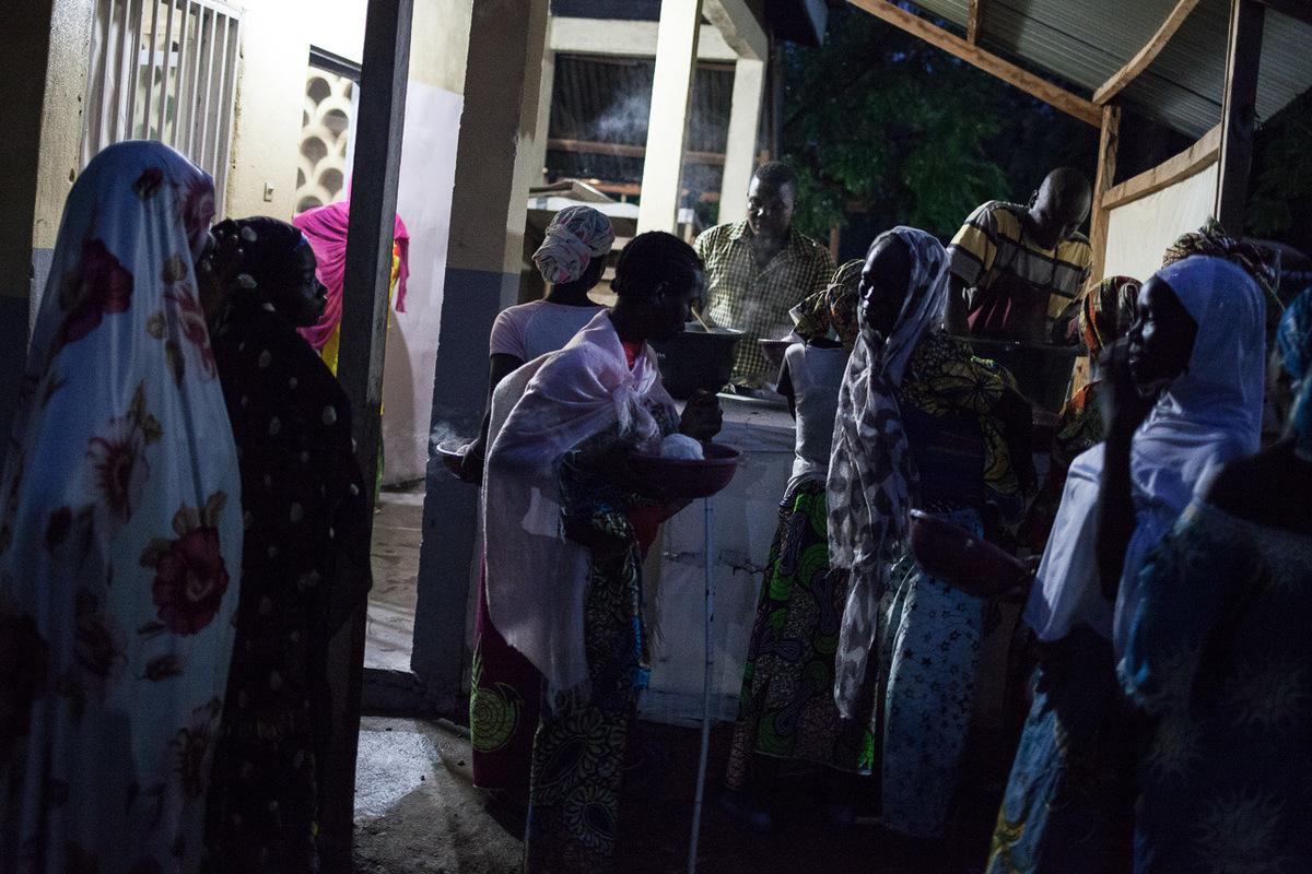 Adrienne Surprenant - 10 août 2017. Mokolo, Extrême-Nord, Cameroun. Les accompagnantes sont entièrement prises en charge par ALIMA pendant la durée de lhospitalisation de leurs enfants. Elles reçoivent à manger, son hébergées, et traitées si elles tombent malades pendant leur séjour à lhôpital de Mokolo.