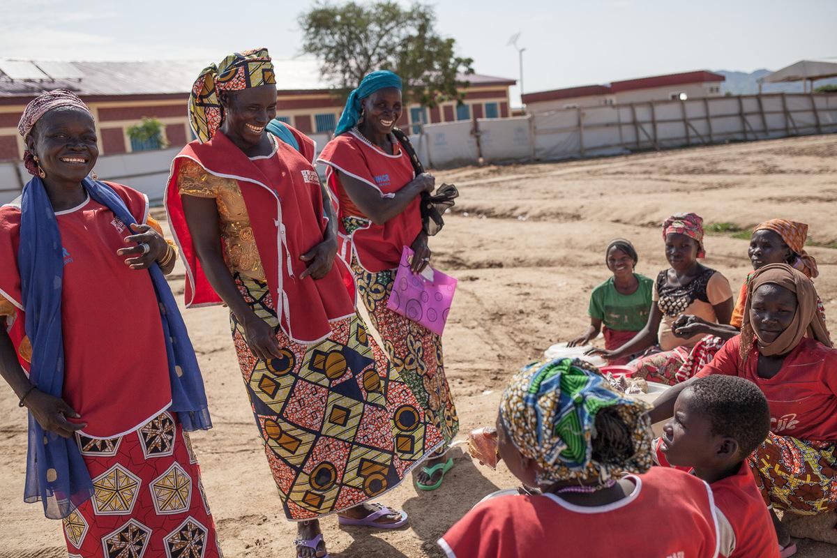 Adrienne Surprenant - Des femmes participant aux activités de Première Urgence en tant que relais WASH / agents d'hygiène achètent des arachides à des réfugiées nigérianes. Il y a 86 relais WASH dans l'ensemble du camp de Minawao, qui sont chargées de communiquer sur les mesures d'hygiène, et de transmettre les informations aux autres réfugiés.