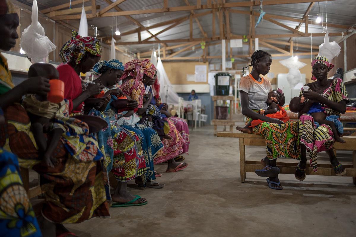 Adrienne Surprenant - 10 août 2017. Mokolo, Extrême-Nord, Cameroun. Distribution de lait enrichi offert par ALIMA.