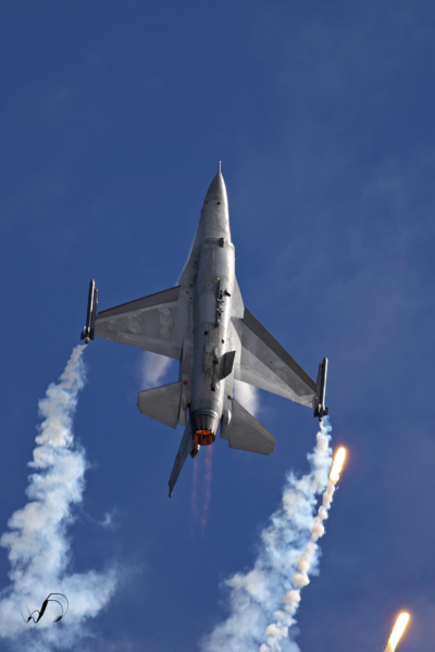 Winedale Photography - F16 releasing flares