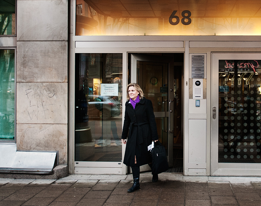 Mareike Timm | Photo Journalist - Socialdemocratic Magdalena Andersson leaves her office at Sveavägen 68 in order to participate in a panel discussion at Stockholm School of Economics. For Fokus, 2014.