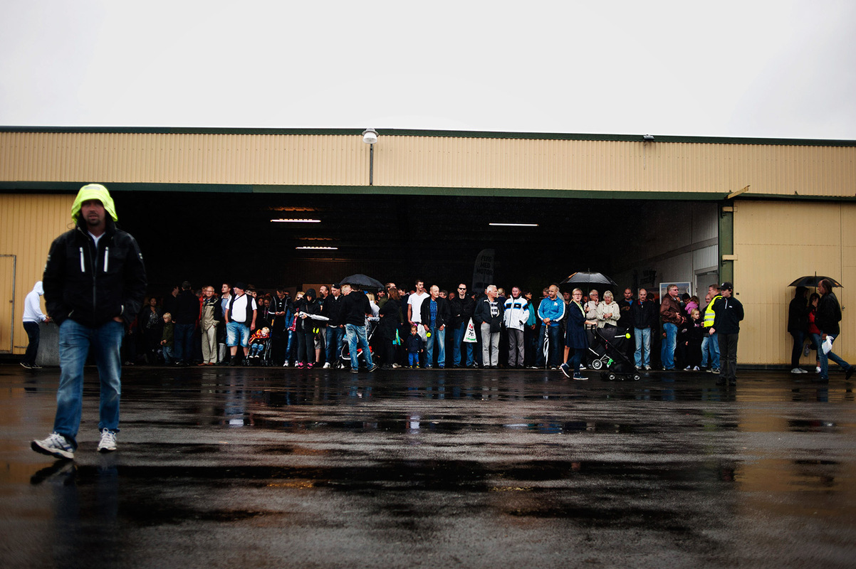 Mareike Timm | Photo Journalist - People taking shelter from the rain during Borås Airshow. For Borås Tidning, 2013.