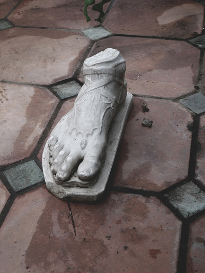 studio svart ateljé vit - Foot from Roman ancient statue