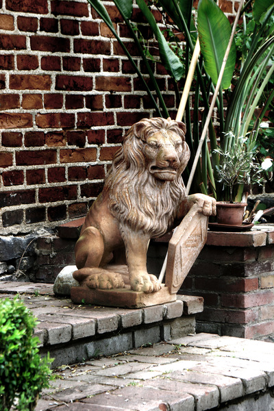 studio svart ateljé vit - Terracotta Lion in the Pharmacist garden