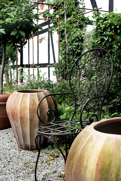 studio svart ateljé vit - Patinated terracotta pots on the patio