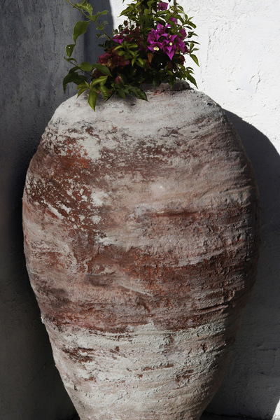 studio svart ateljé vit - The large urn in the home garden