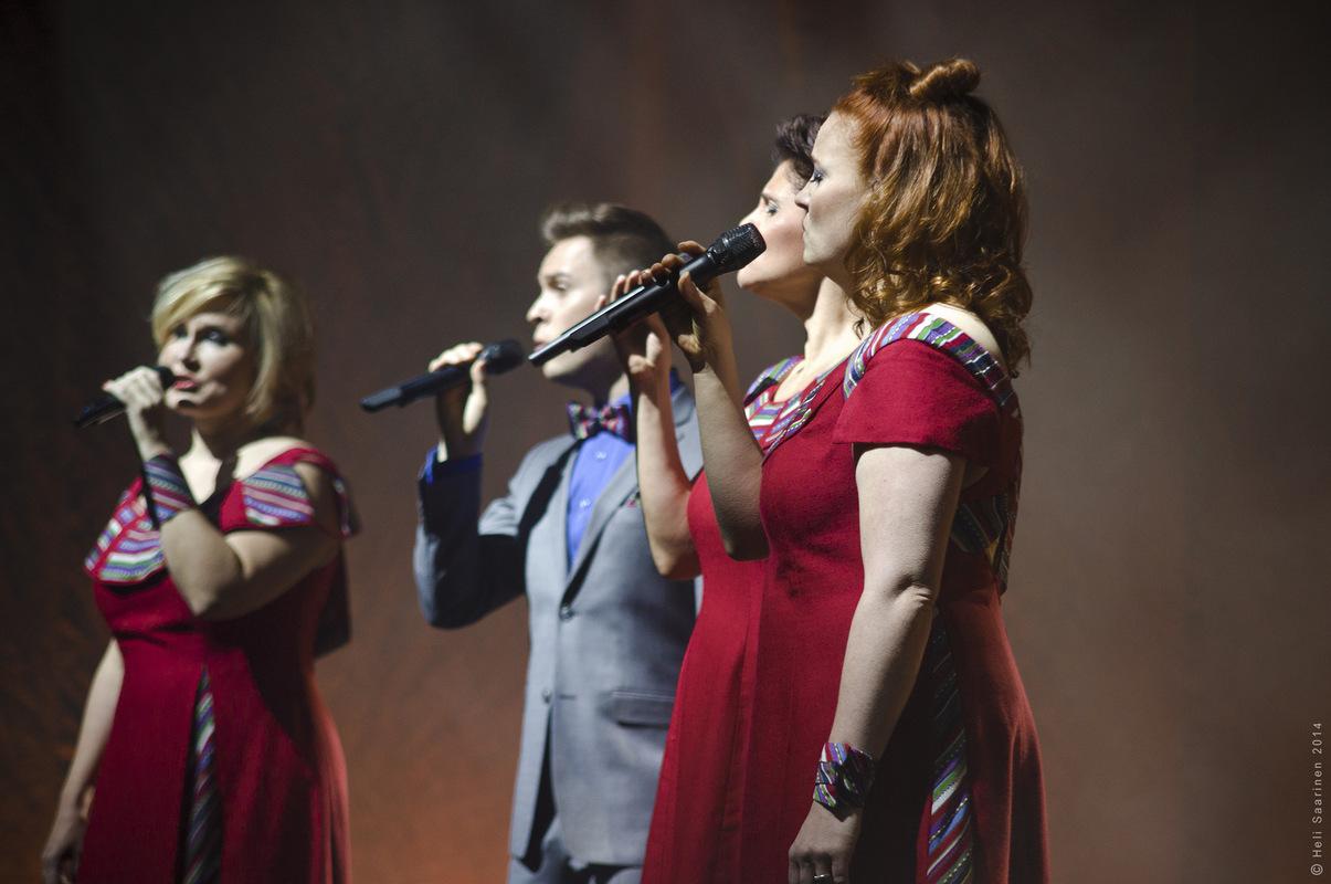 tiinavarrio - Kuva:Heli Saarinen. Lauluyhtye Rajaton joulukiertueella Hämeenlinnassa, 2014.
