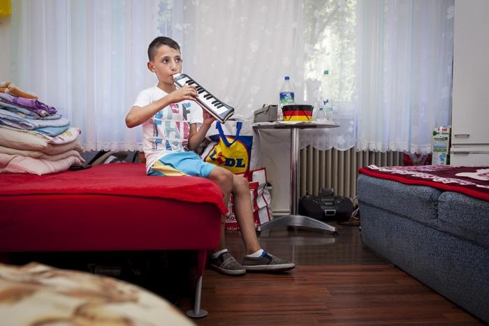 Pressefoto Georg Moritz // Berlin - Romänischer Straßenmusiker übt zuhause
