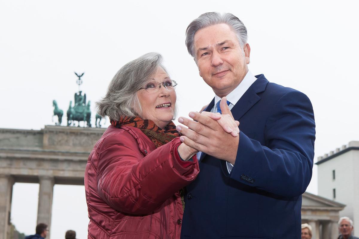 Pressefoto Georg Moritz // Berlin - Klaus Wowereit tanzt mit Obdachloser