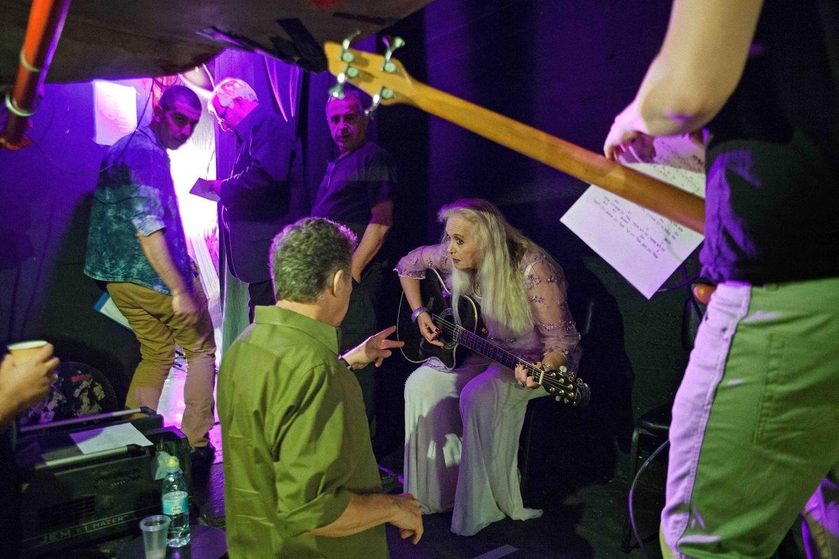 sebastiancunitz - Kurz vor Ihrem Auftritt im Tsavta Theater, wird Miri Aloni nochmals gebrieft.