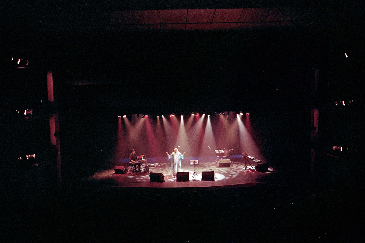 sebastiancunitz - Miri Aloni singt alleine auf der Bühne bei einem Konzert in der Modiín Culture Hall, in Modiín.