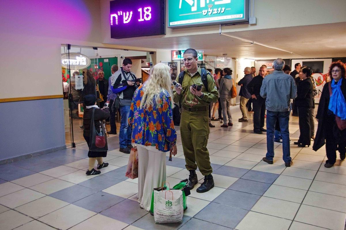 sebastiancunitz - Ein Reporter des Militärradiosenders Galei Zahal fängt Miri Aloni in einem Einkaufszentrum ab um sie vor einem Konzert zu interviewen.