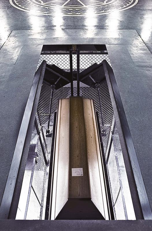 sebastiancunitz - Krematorium: Ein Sarg wird von der Abschiedshalle in den Bereich des Krematoriums herabgelassen.