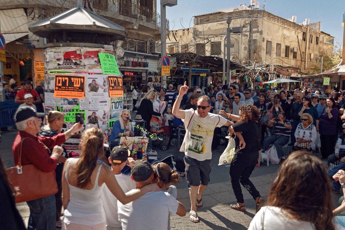 sebastiancunitz - Miri Aloni spielt ein Strassenkonzert auf dem Carmel Markt in Tel-Aviv.