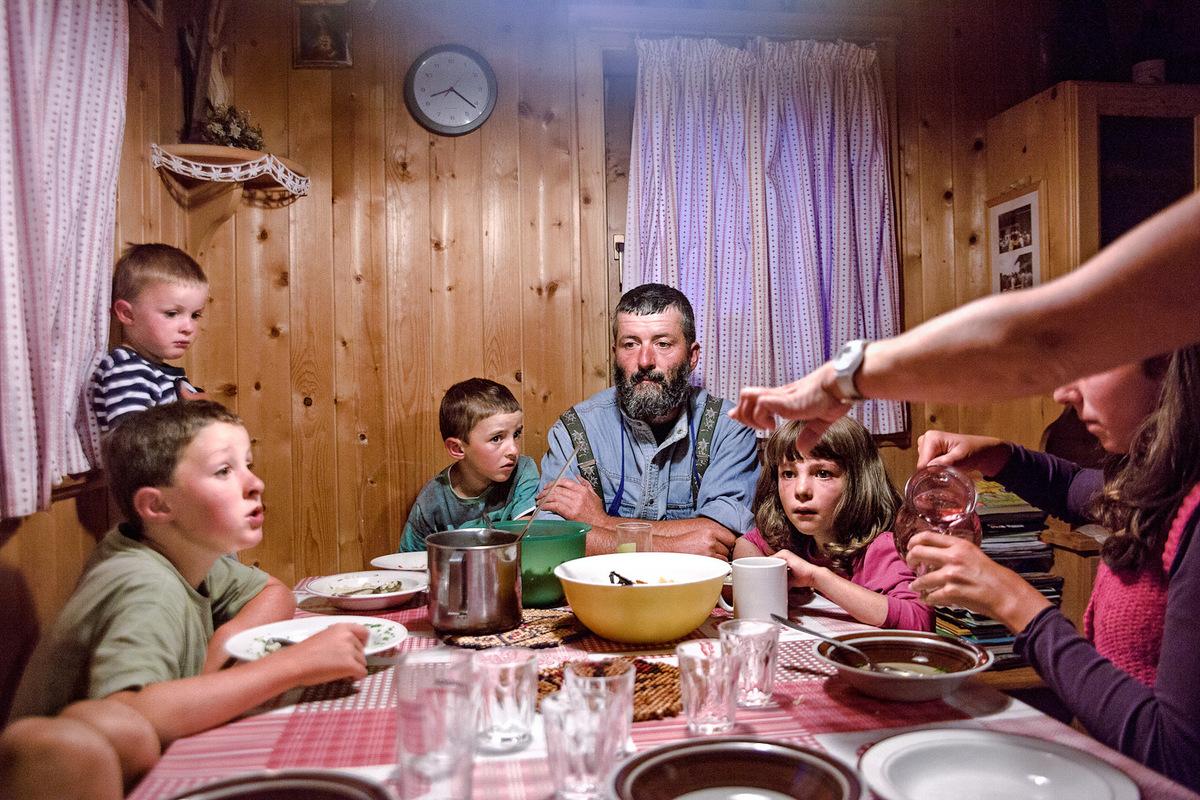 sebastiancunitz - Die Familie Pernthaler versammelt am Esstisch in der Stube.