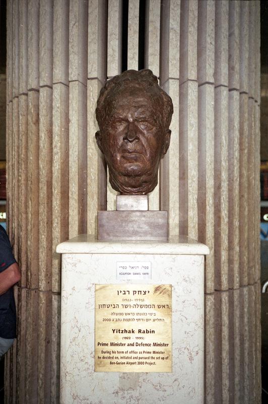 sebastiancunitz - Auf dem Flughafen Ben Gurion von Tel-Aviv steht eine Statue zu Ehren von Yitzhak Rabin.