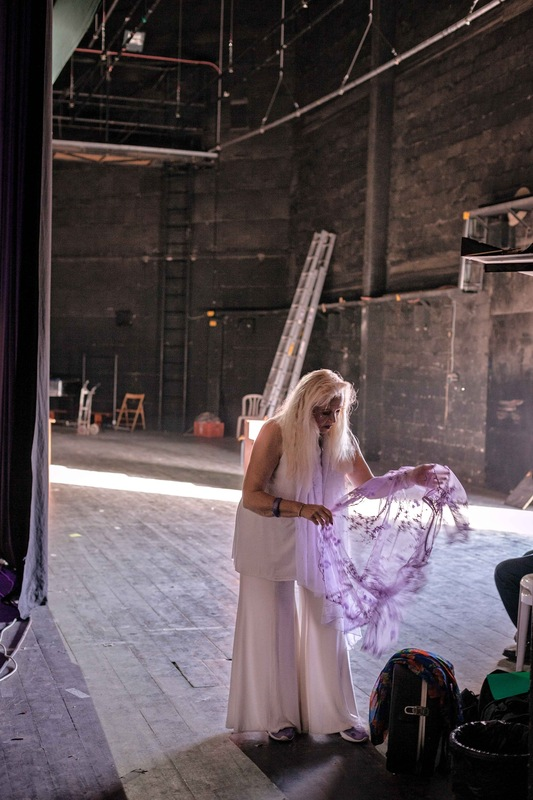 sebastiancunitz - Kurz vor Ihrem Auftritt wechselt Miri Aloni hinter der Bühne des Gemeindezentrum Eshkolot nochmals ihr Outfit.