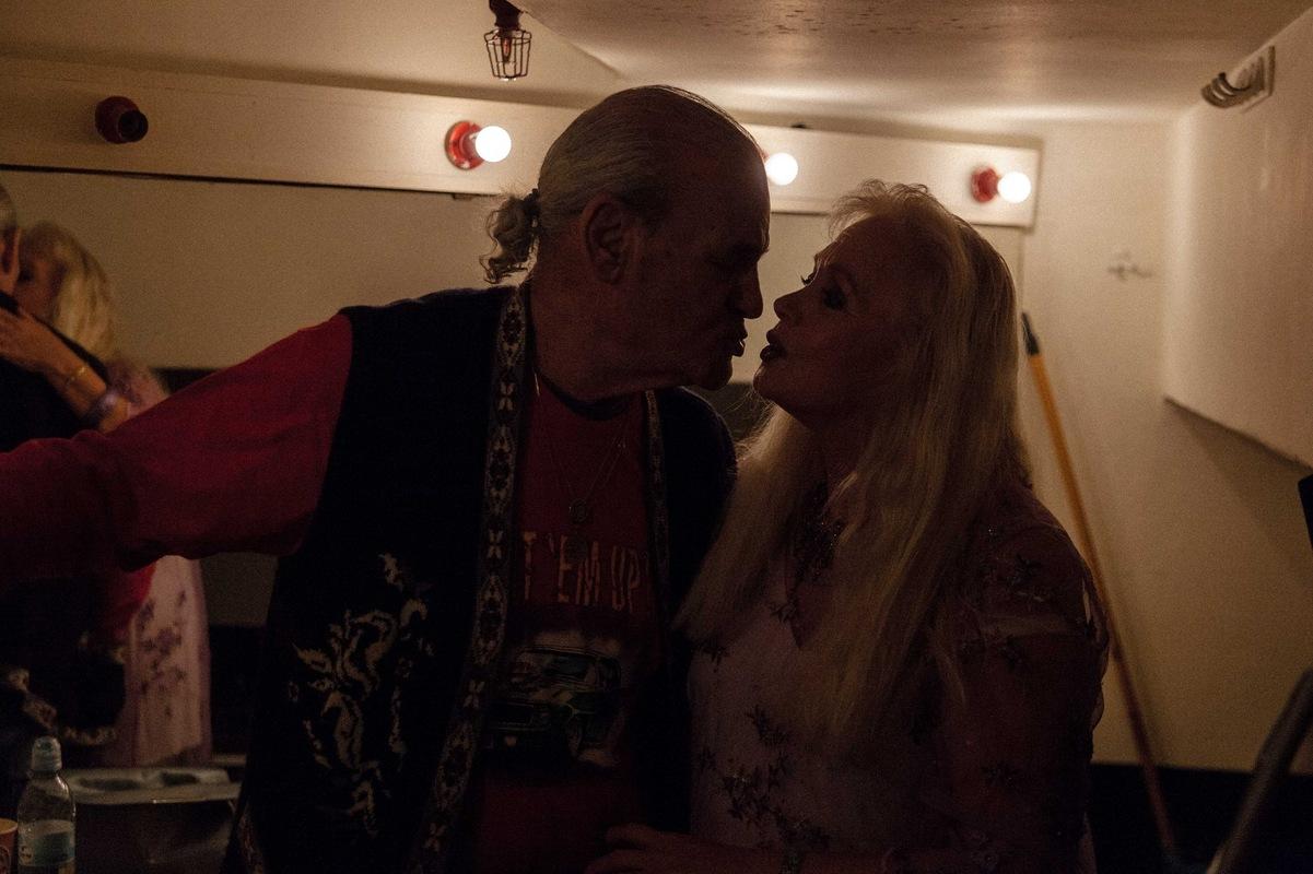 sebastiancunitz - Miri Aloni und Ihr Mann Samuel Umani küssen sich Backstage.