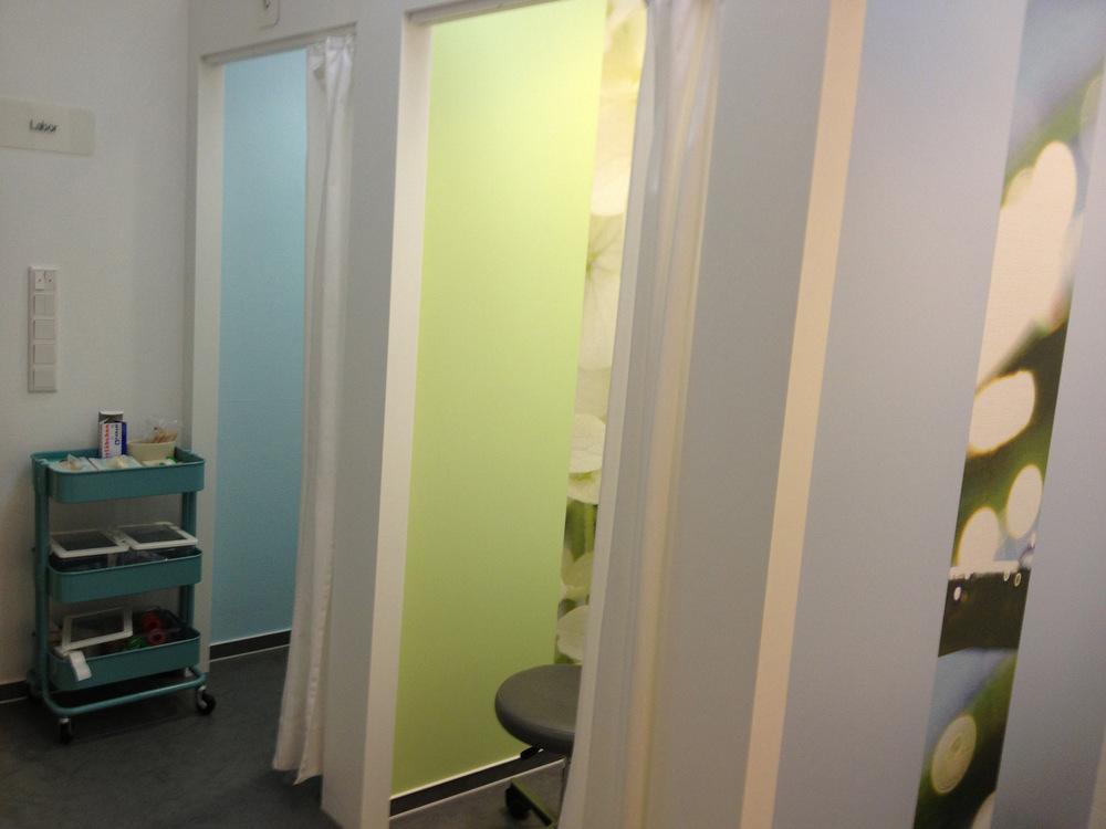 heikeschroeder.com - Die Visite-Kabinen mit unterschiedlichen Farben und Naturmotiven.