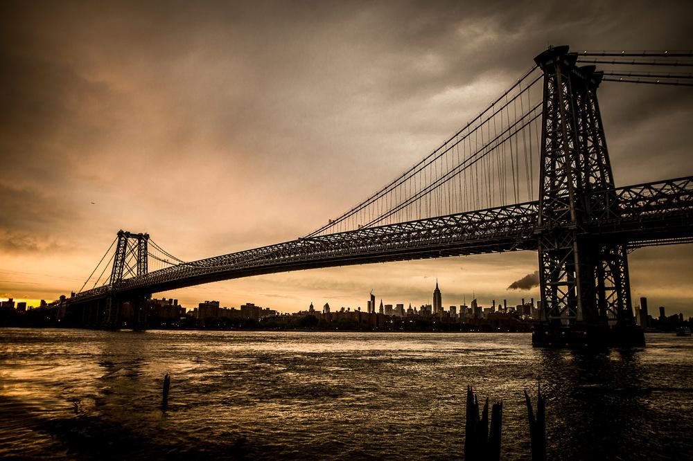 David Wallace Shoots Photographer - NYC, Manhattan bridge, sunset.