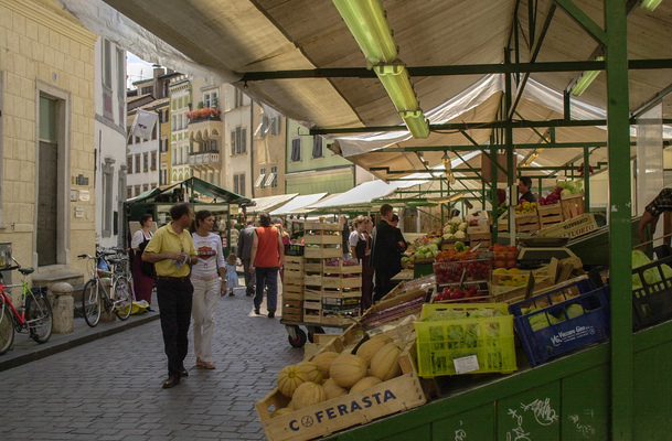 Kai Michael Neuhold - Fotojournalist - Obstmarkt in Bozen