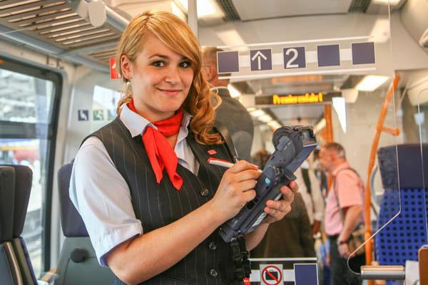 Kai Michael Neuhold - Fotojournalist - Zugbegleiterin bei der S-Bahn Mitteldeutschland