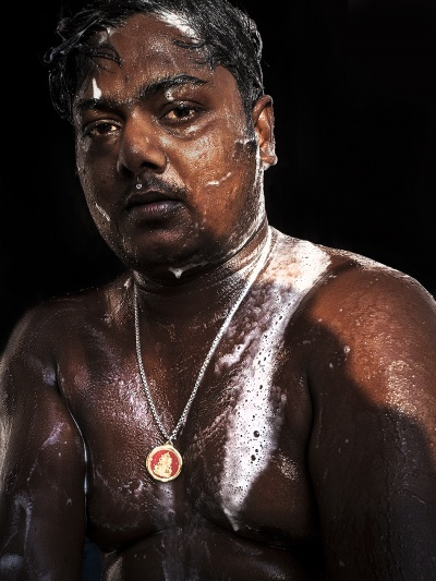 Tobbe Malm Photography - A man washes himself before he goes into a temple
