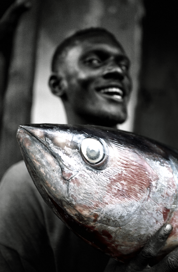 PHOTOGRAPHY - CARL SWENSSON - KENYA FISHING MAN 40 X 50 | 50 X 70 | 70X 100 |